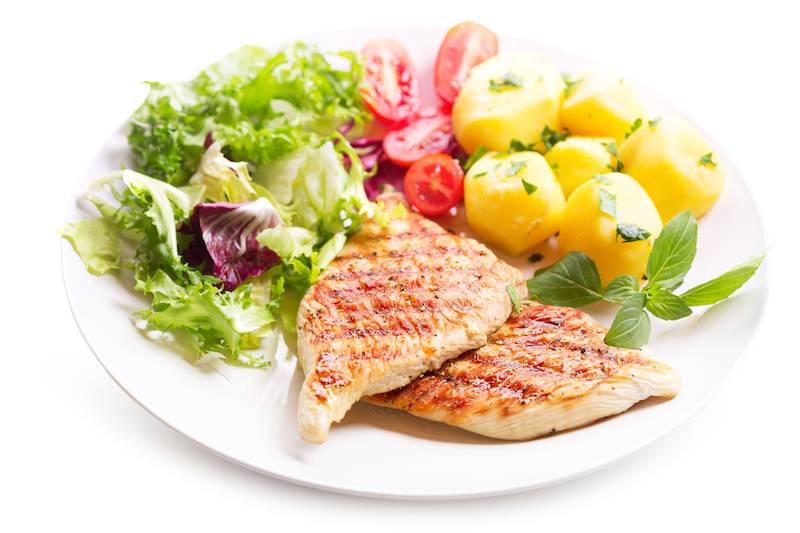 Kipfilet ham & kaas, gebakken aardappels, sla met ei en dressing en een vla dessert