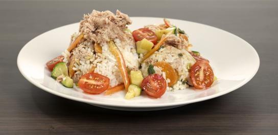Rijstschotel met tonijn en gebakken groente