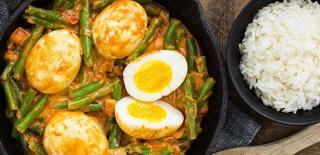 Indonesische Goreng Telor met eieren, bonen & rijst (vegetarisch)