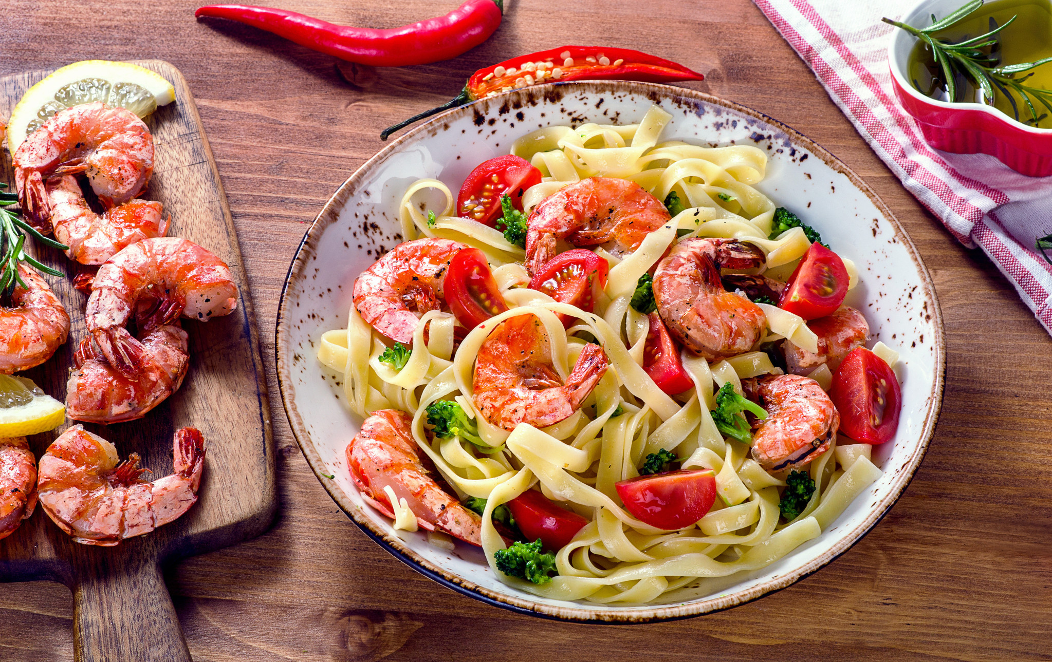 Tagliatelle met Italiaanse groenten, pesto en gamba's
