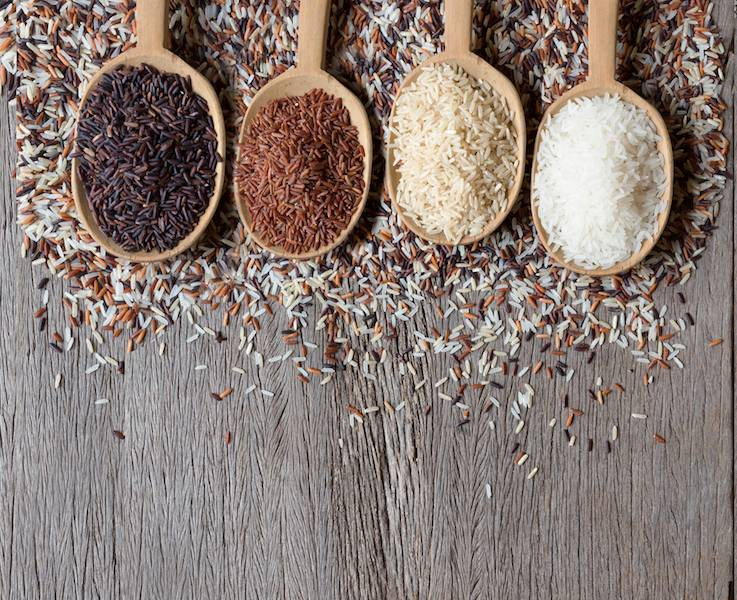 Mexicaanse rijstschotel van gele rijst met kidneybonen, groente en karbonade