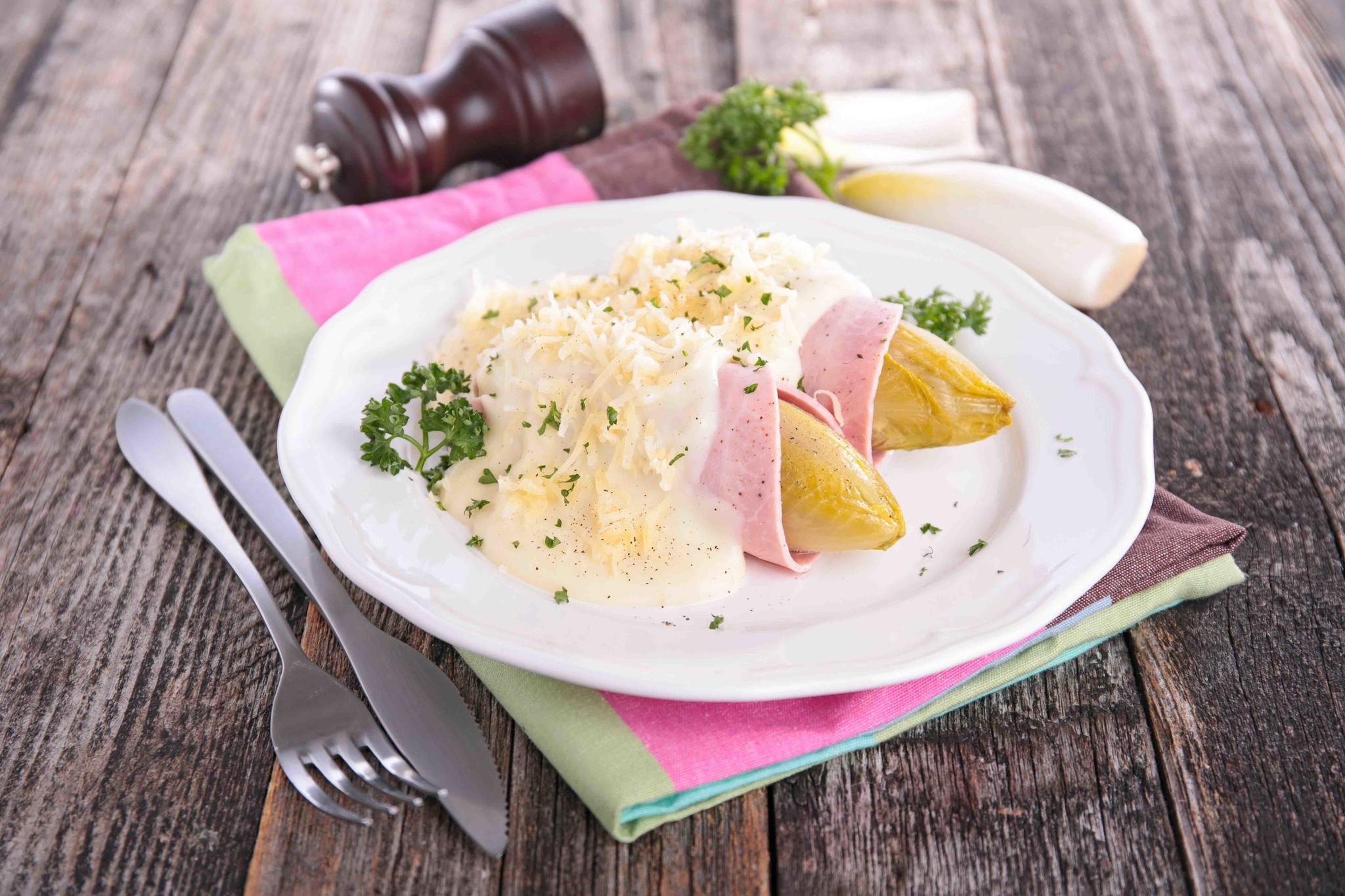 Varkenshaas met pepersaus, gebakken roseval aardappels, witlof met ham & kaas