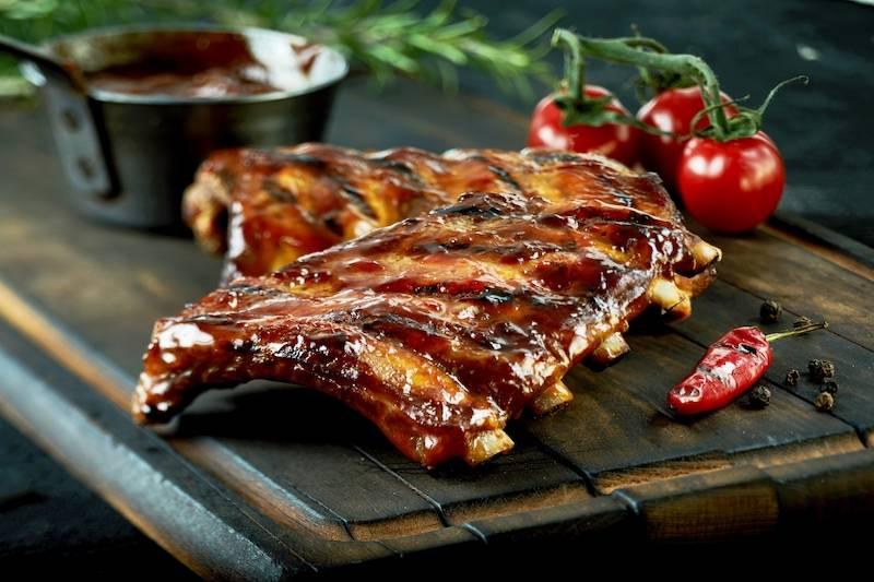 Smoked spare-ribs met gebakken krieltjes, slasoorten & dressing