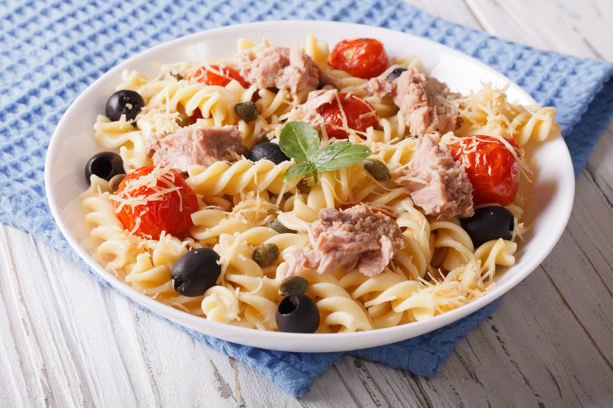 Tonijnschotel met gnocchi-pasta, arrabiata saus & groenten