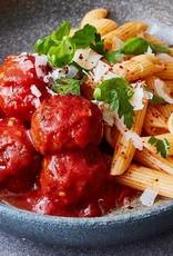Provençaalse pasta met groenten en gebraden gehaktballetjes