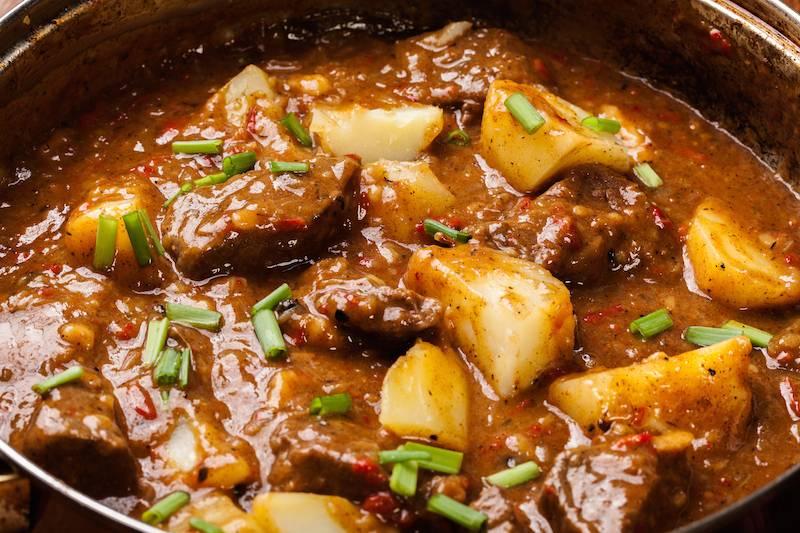 Runderstoofpot met aardappeltjes uit de oven en boontjes
