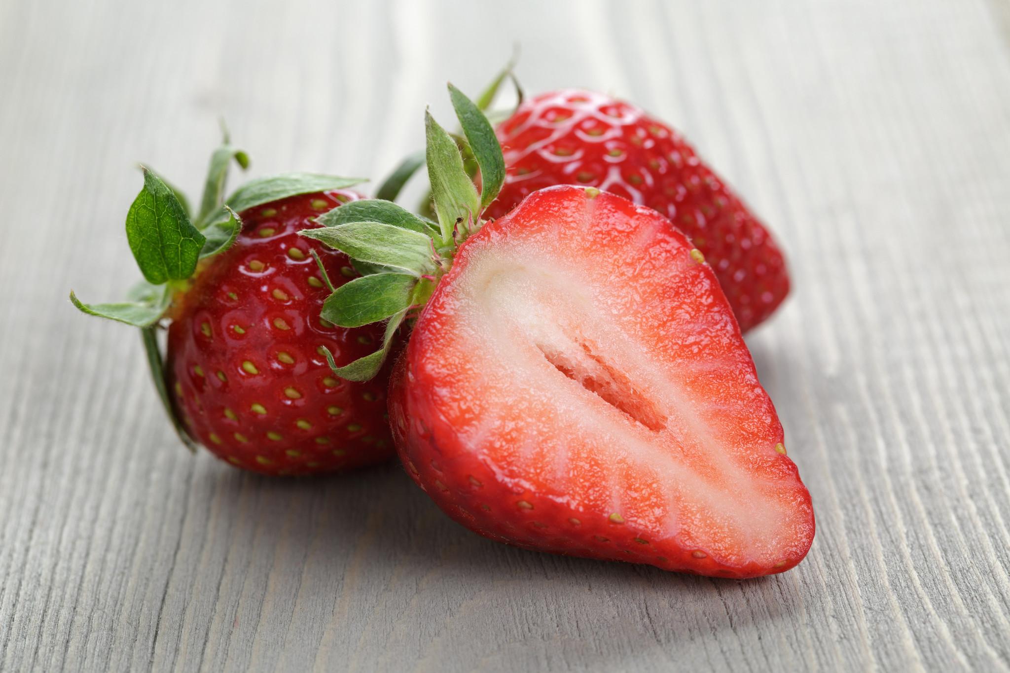 verse sinaasappelsap en een bakje aardbeien
