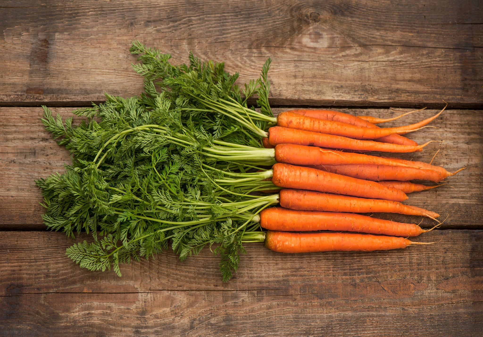 Drumsticks, wortel, doperwtjes & puree