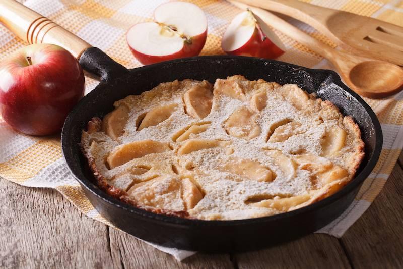 Pannenkoekenschotel met gekarameliseerde appel, kaneel, vanillesaus & kokos (vegetarisch)