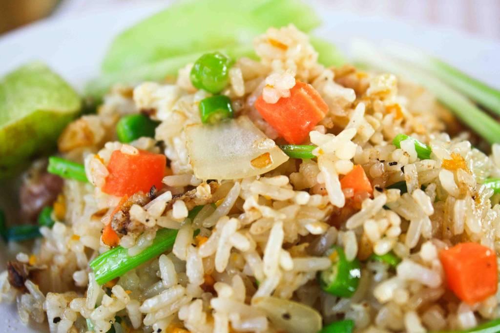 Nasi schotel rijk gevuld met groenten & kipsate met satesaus