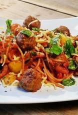 Spaghetti bolognese met rundergehakt, groenten, oude kaas en trostomaatjes