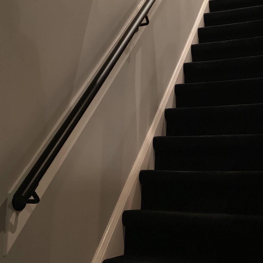 Zwarte trapleuning gecoat rond incl. dragers TYPE 1 - poedercoating RAL 9005 mat zwart