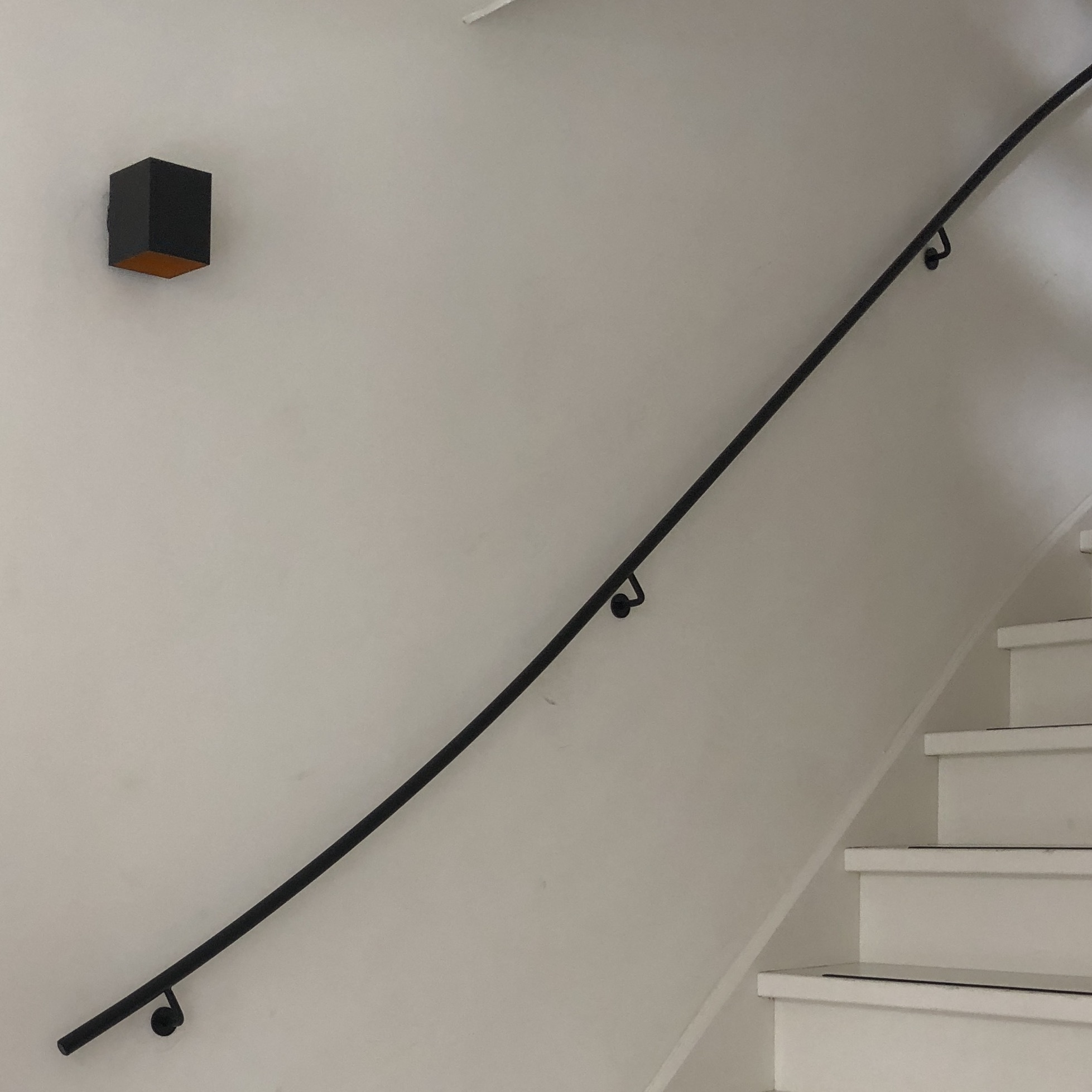 Smeedijzeren trapleuning rond 20 mm massief - ZWART gecoat - Incl. ronde dragers (blind) met rozet - GELAST - Gietijzeren leuning -  fijnstructuur zwart (mat) gecoat incl. (vast)gelaste leuningdragers