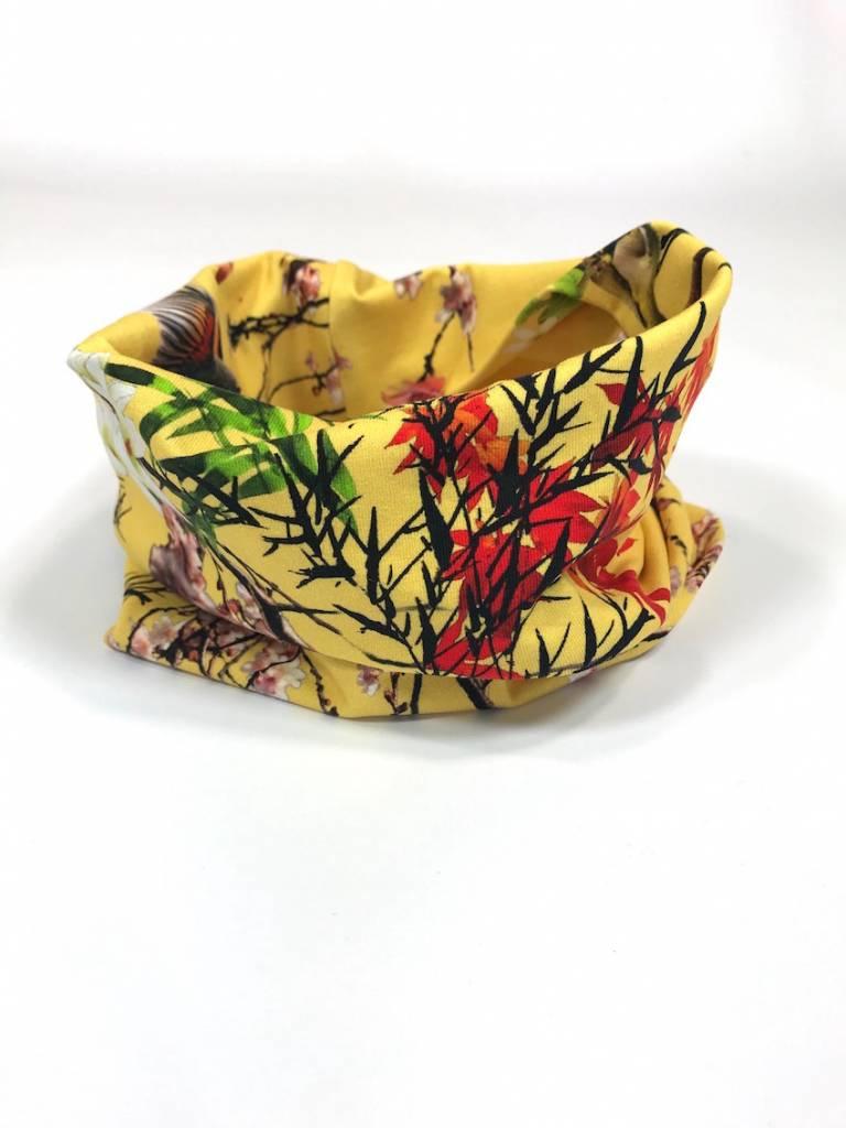 Gele colsjaal met oosterse bloemenprint