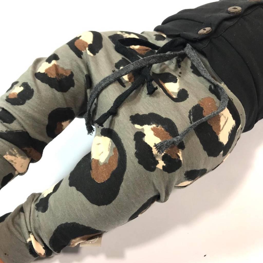 Baggy broekje met grote luipaardprint