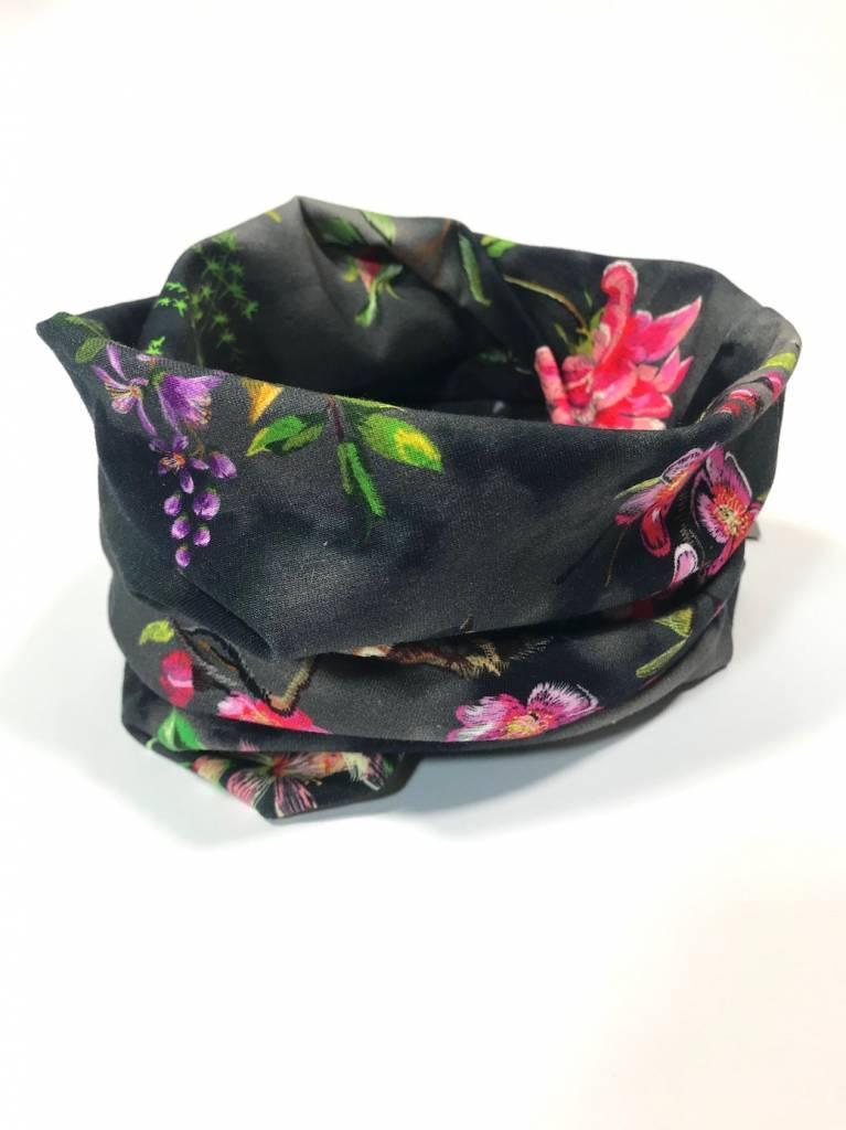 Zwarte colsjaal met oosterse bloemenprint