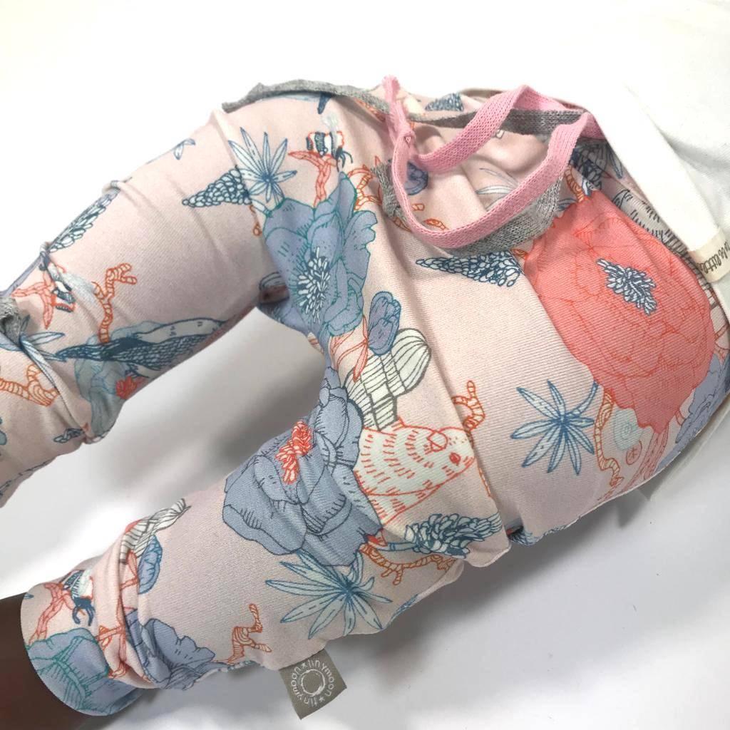 Baggy zalmroze broekje met fijne oosterse print
