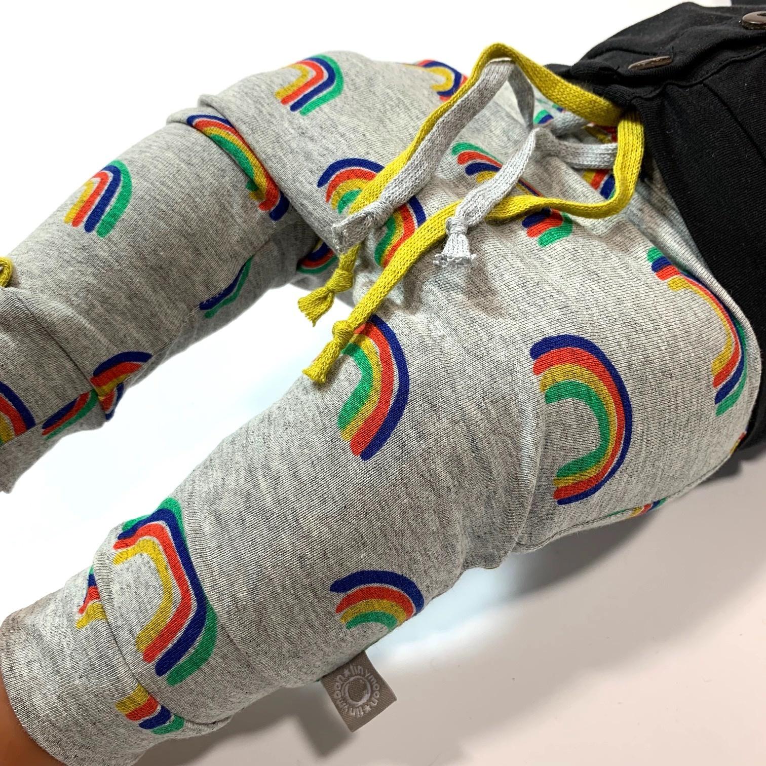 Baggy grijs broekje met regenbogen