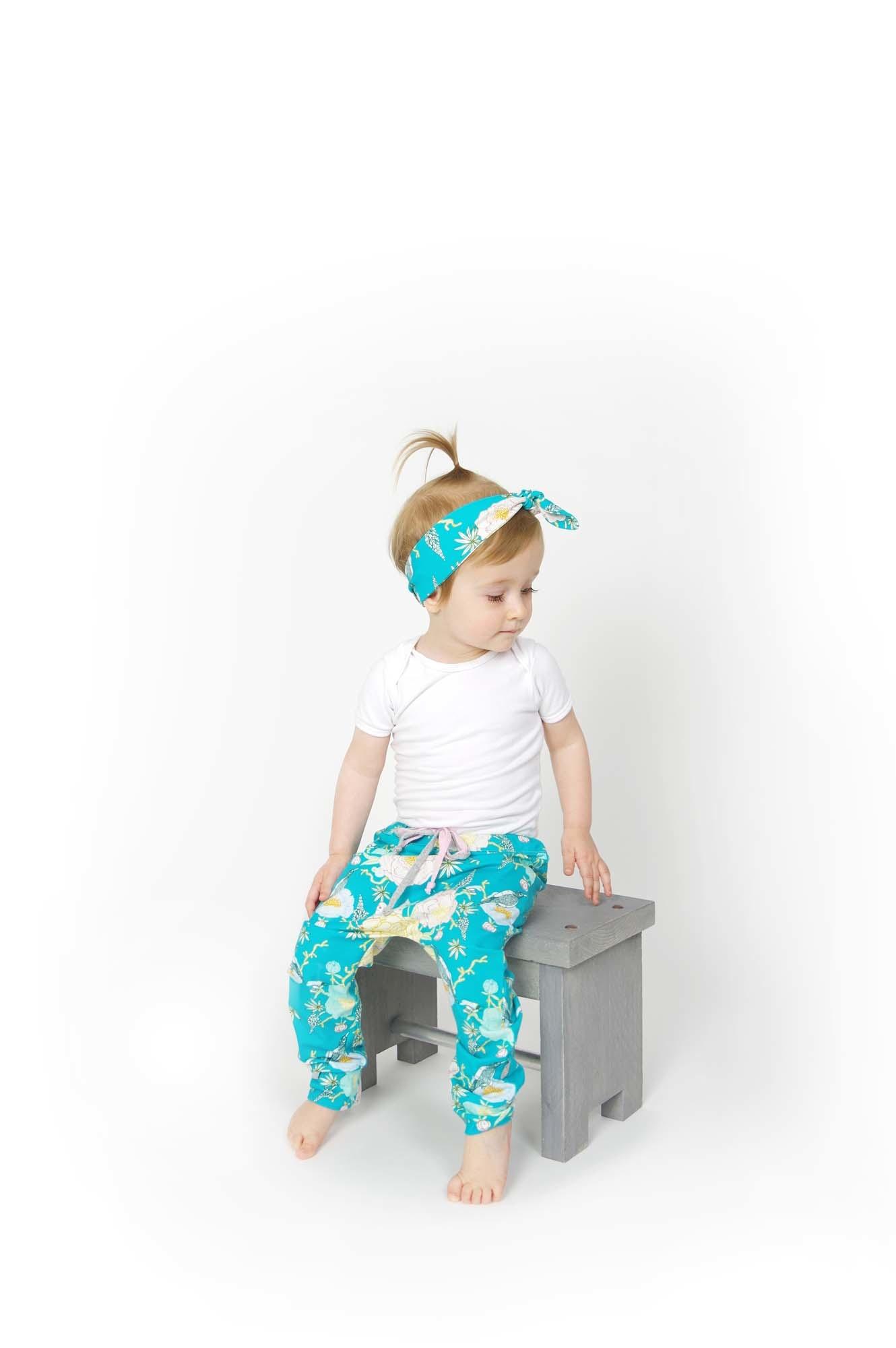 Baggy aquablauw broekje met oosterse print