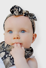 Newborn mutsje met slangenprint