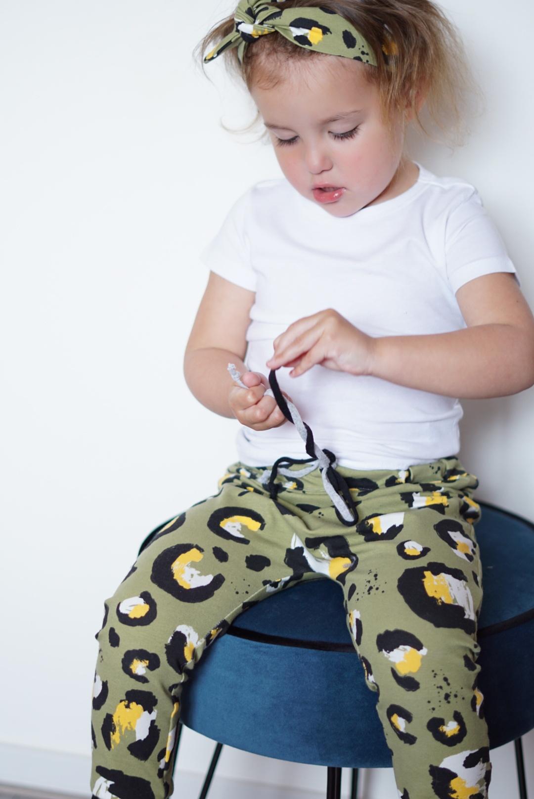 Legergroene slab bandana met luipaardprint