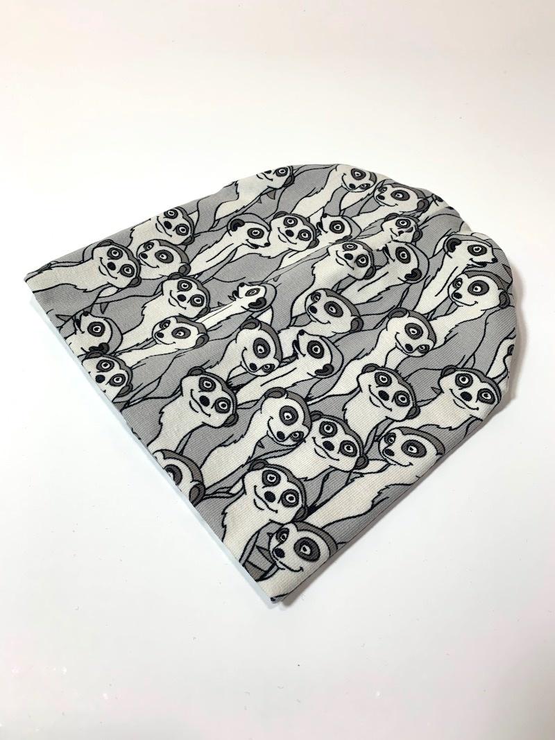 Babymutsje in grijs vol met stokstaartjes
