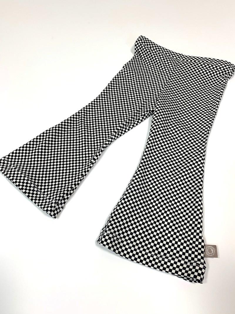 Flared broek met zwart witte ruitprint