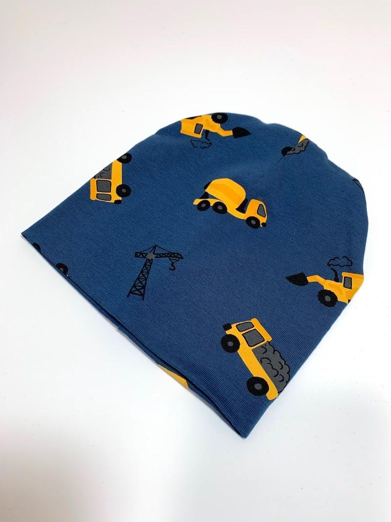 Babymutsje in jeansblauw met okergele machines