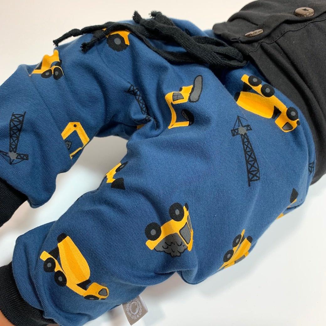 Harembroekje in jeansblauw met gele machines