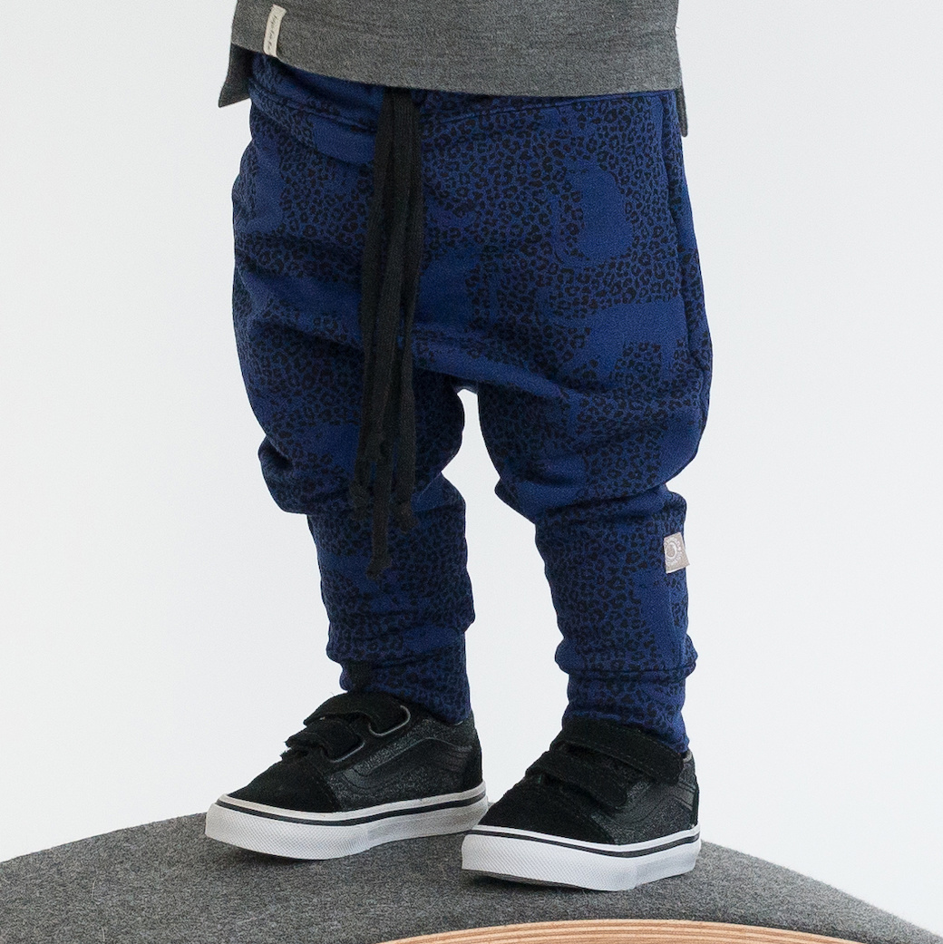 Baggy broekje met subtiele panter print