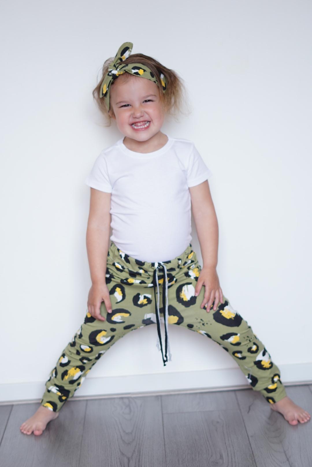 Baggy legergroen broekje met luipaardprint