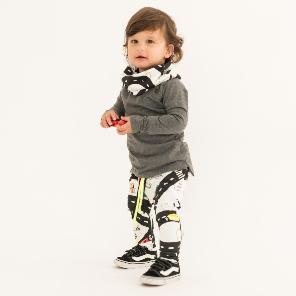Baggy broekje met racebaan en raceauto's