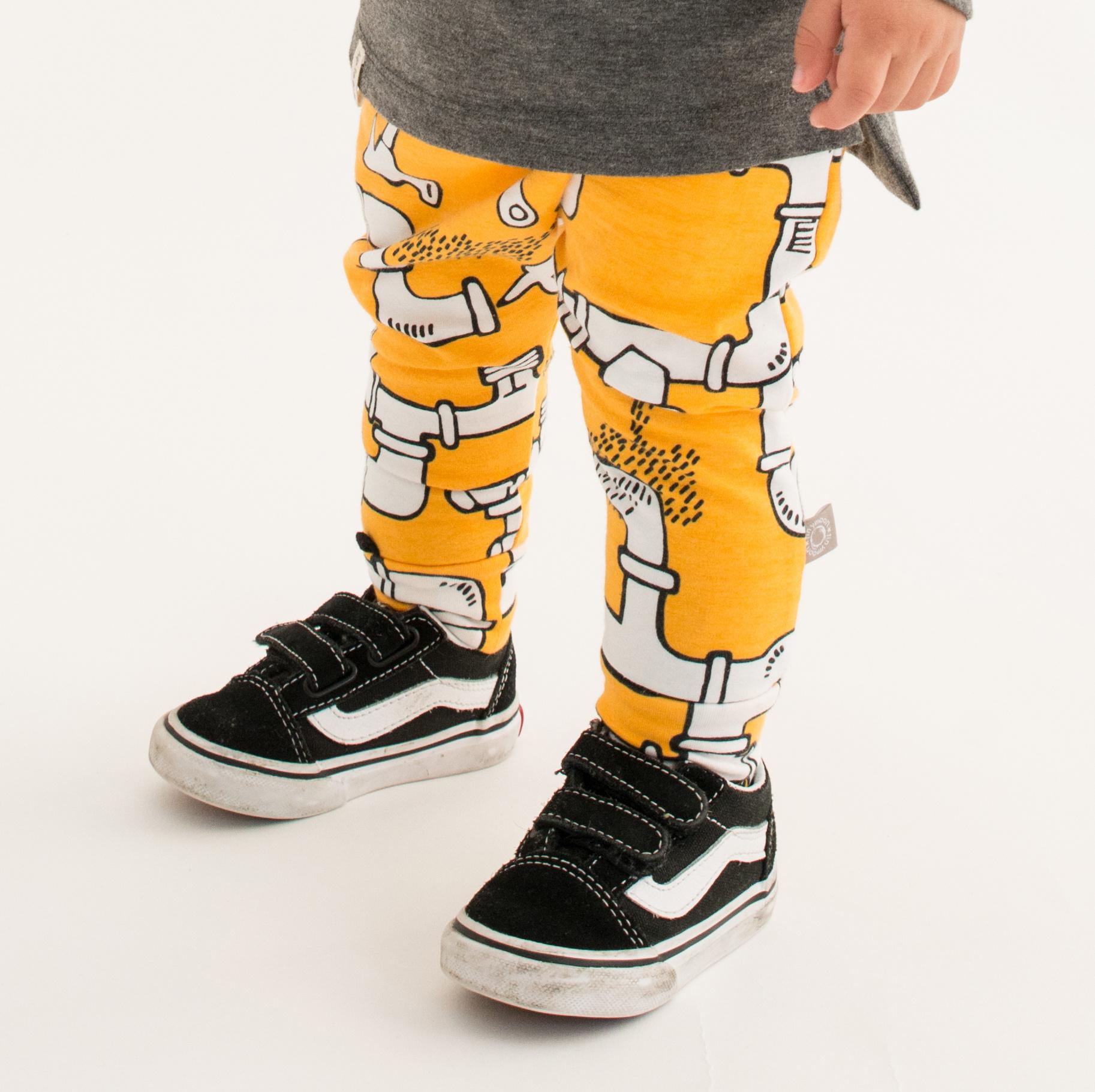 Baggy drop crotch broekje met leidingen print