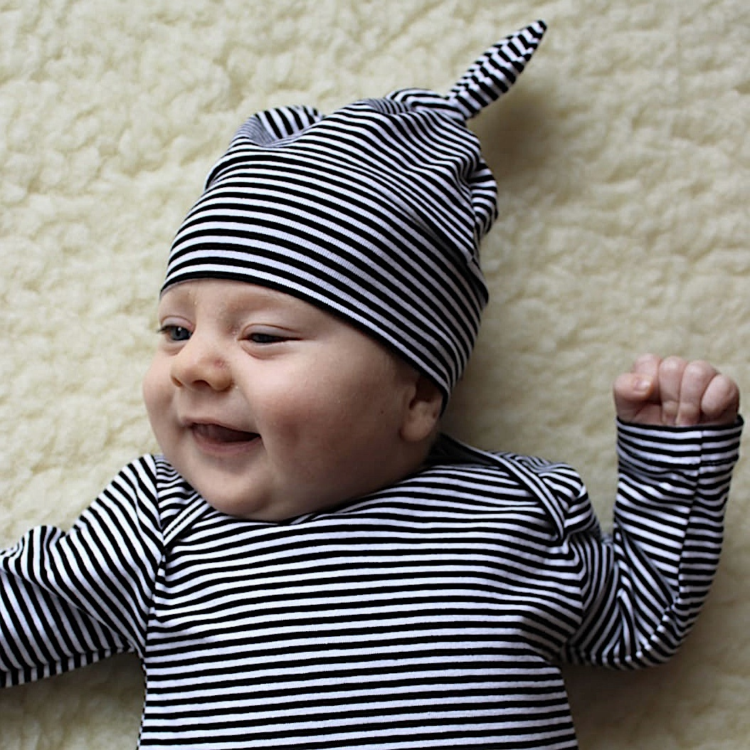 tinymoon Fine Stripe newborn mutsje knoop