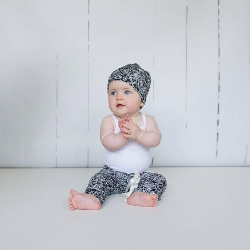Newborn mutsje met tijdloze paisley print