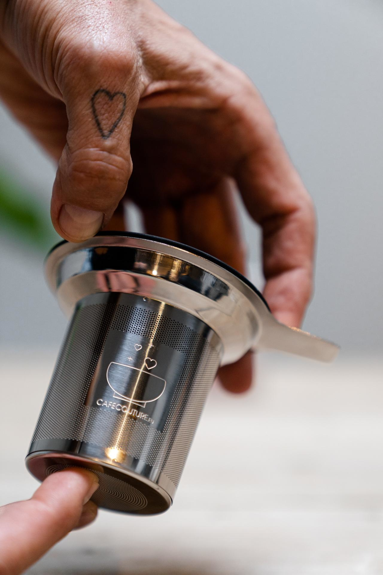 Stainless steel tea filter with single handle