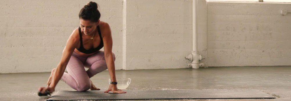 Een nieuwe PVC yoga mat sneller stroef maken