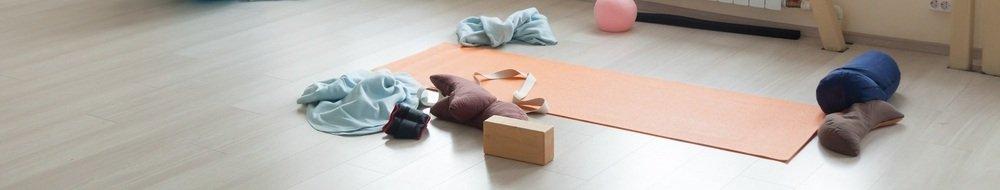 Gebruiken van diverse yoga accessoires