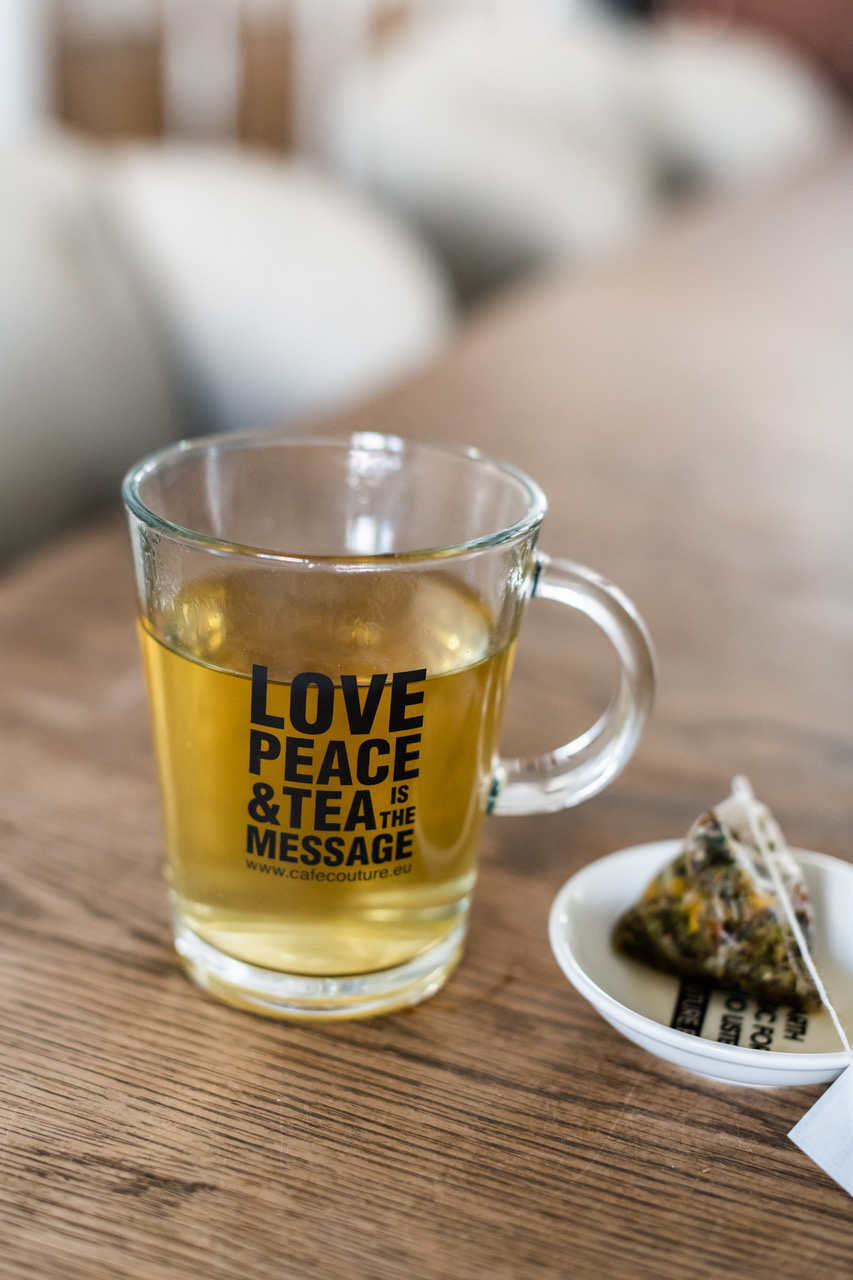 'Love, Peace & Tea is the message!' glas