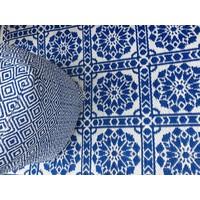 Wonder Rugs Poef voor in de tuin blauw wit met bijpassend tuinkleed delfsblauw