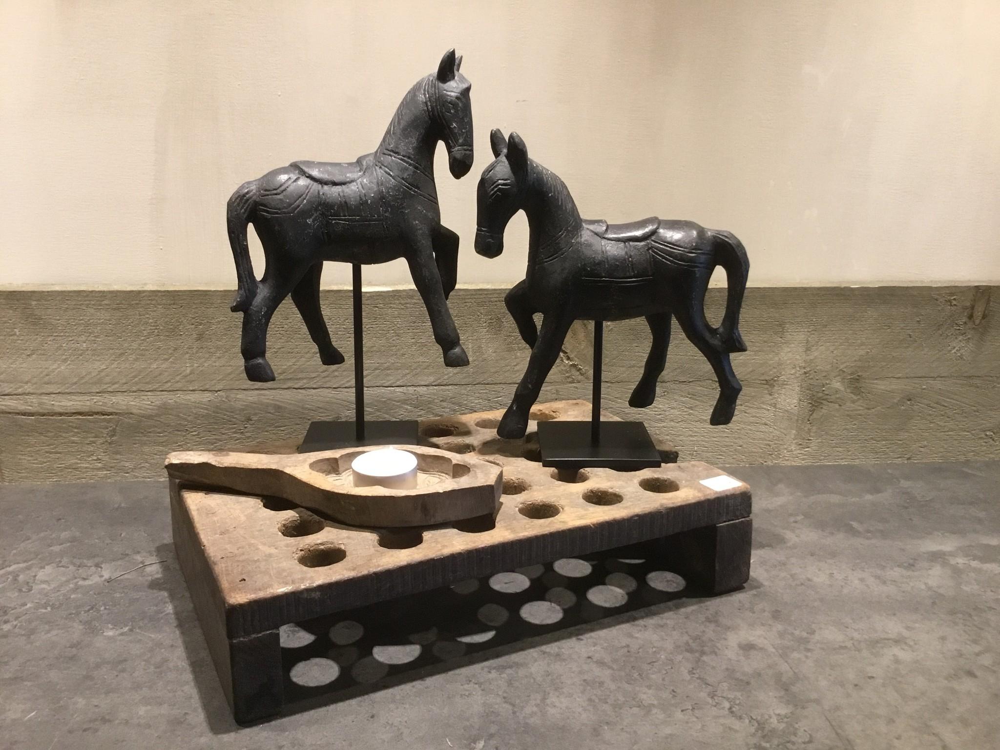 De Appelgaard Zwarte paarden op standaard