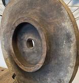 Oud wiel op een standaard