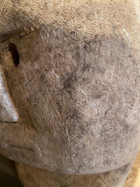 Stenen beeld op standaard