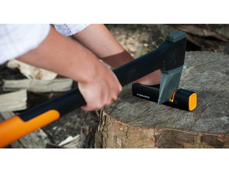 Fiskars Rollsharp Axt- und Messerschärfer | hält Ihre Axt scharf!