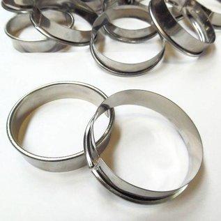 Petit gateau ring van 6 cm. met een hoogte van 1,6 cm. met kraalrand