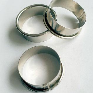 Petit gateau ring van 4 cm. met een hoogte van 1,6 cm. met kraalrand. Mooie maat om te gebruiken bij een HighTea