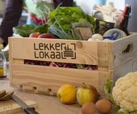 Kistje met groente, fruit, zuivel, brood, vlees, kaas, eieren en regionale delicatessen