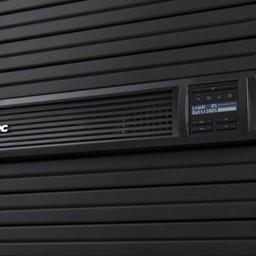 Apc APC Smart-UPS SMT2200RMI2UC - Noodstroomvoeding 8x C13, 1x C19, USB, Rack mountable, SmartConnect, 2200VA