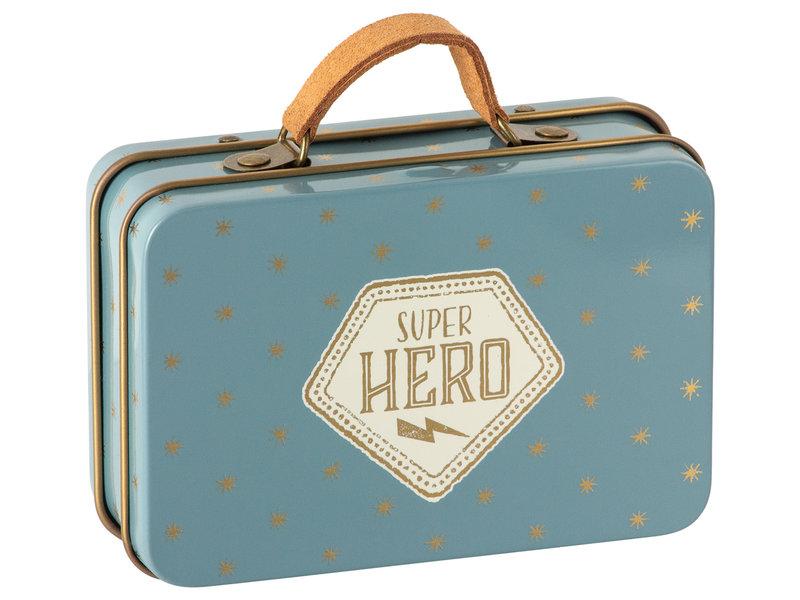 """Maileg Maus kleiner Bruder """"Super Hero little Brother"""" mit Koffer"""
