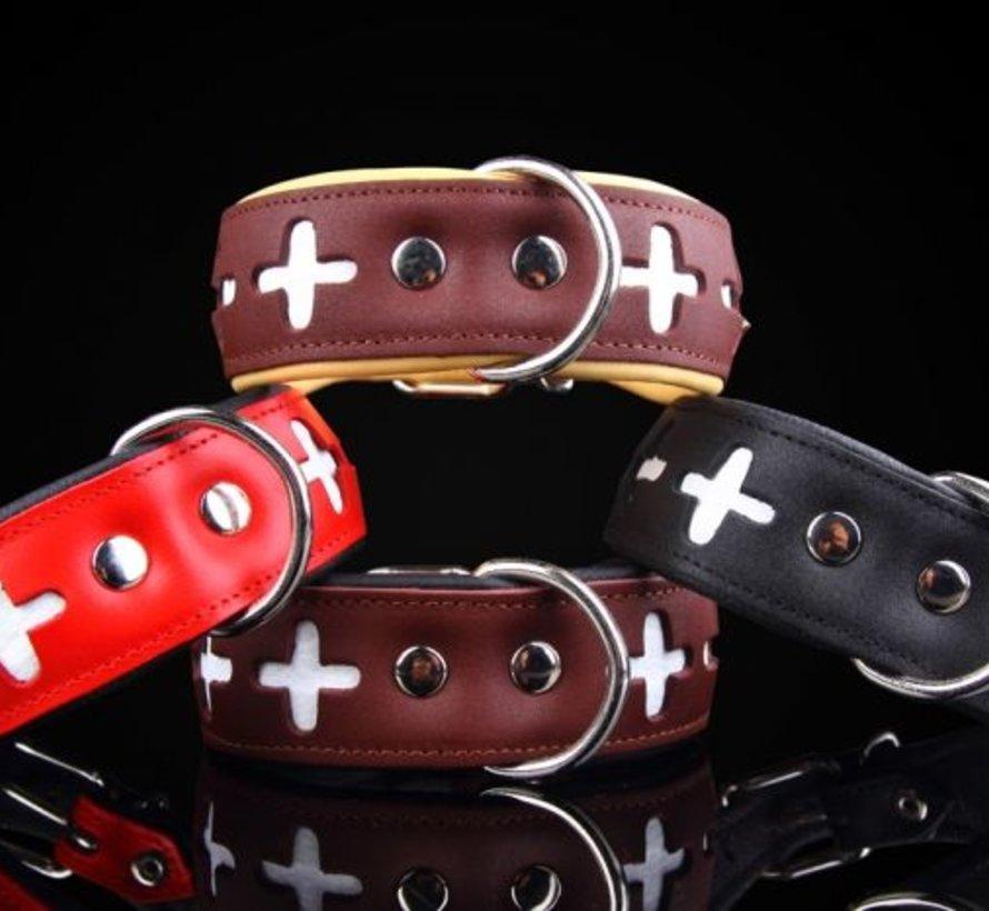 Brun Swiss et collier en cuir rouge